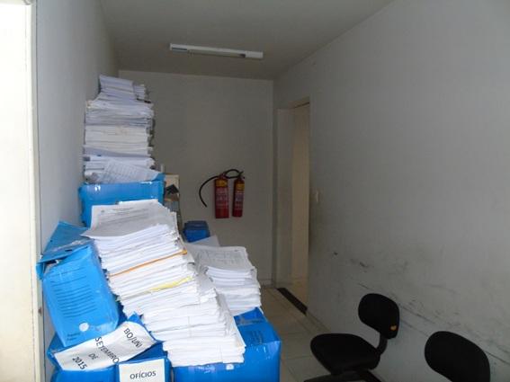 Pilhas e mais pilhas de documentos em apenas uma das delegacias que ficam no imóvel