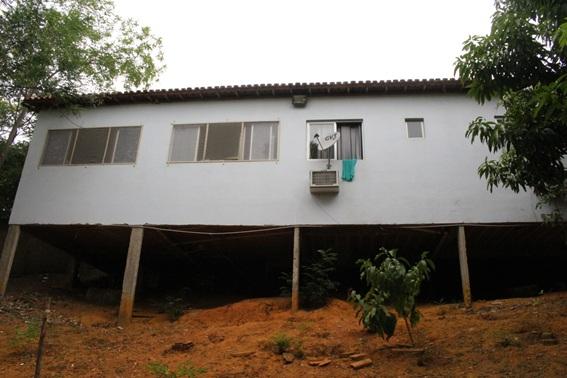 Uma casa em um barranco. Imóvel vulnerável, sem grades, sem muro na parte de trás: esse é o SML de Colatina