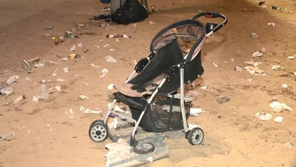 Carrinho de bebê é destruído na confusão.