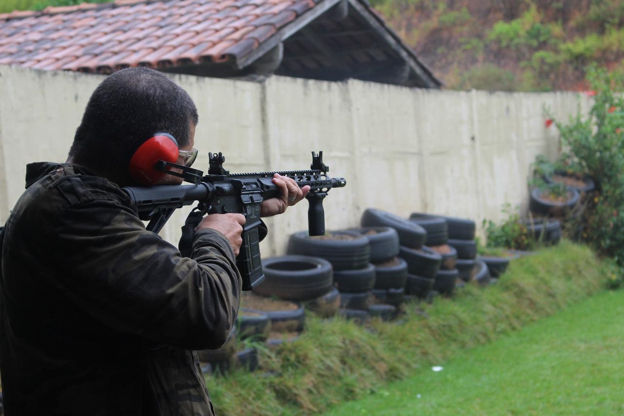 Presidente do Sindipol/ES participa de treinamento no Estande de tiro do Sindicato.